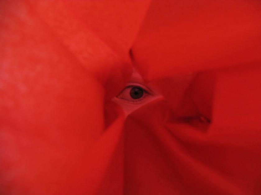 ojo asomando